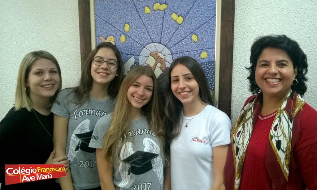 Da esquerda para a direita: profª. Carol, Gabriela, Melissa, Rafaela e Wania, coordenadora do EFII.